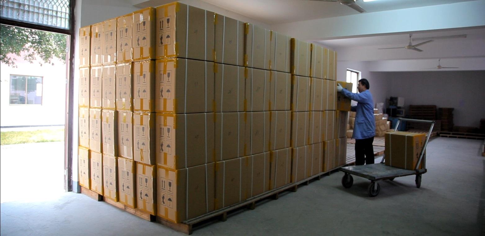 Un camión lleno de pedidos listos para el envío